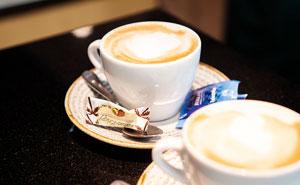 Eine Tasse Italienischer Cappuccino mit Milchschaum