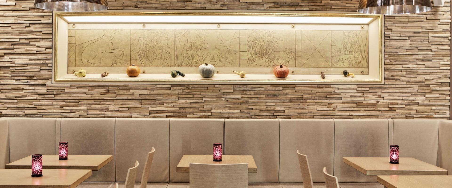 Gastraum mit Tischen und Wanddekor