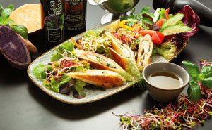 Bunter Marktfrischer Salatteller mit Lachsrölchen und Garnitur