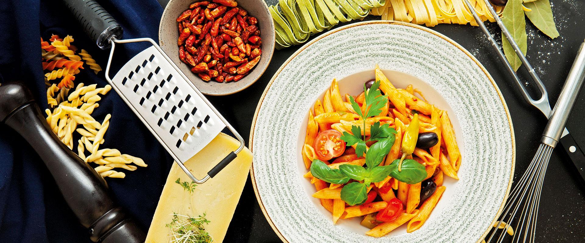 Teller mit Pasta Arrabiata scharfer Sauce