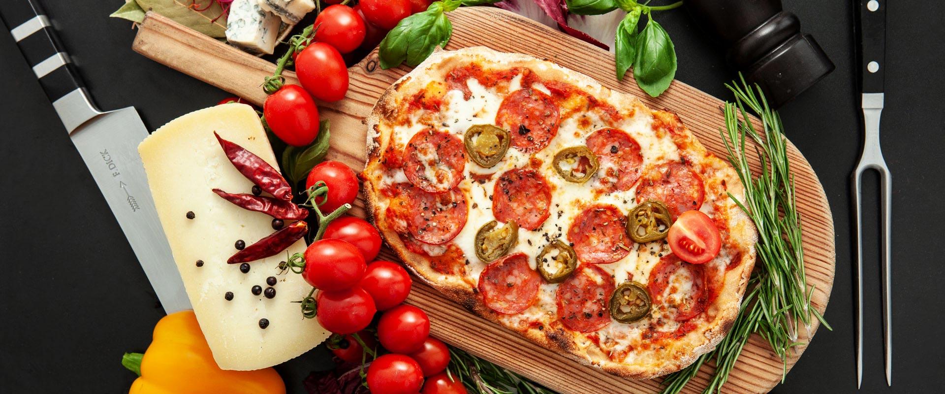 Pinsa eine römische Pizza mit scharfer Salami und Jalapeno