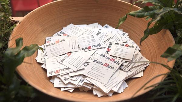 Behälter mit Visitenkarten des Restaurants Piazza Maria am Marienplatz München