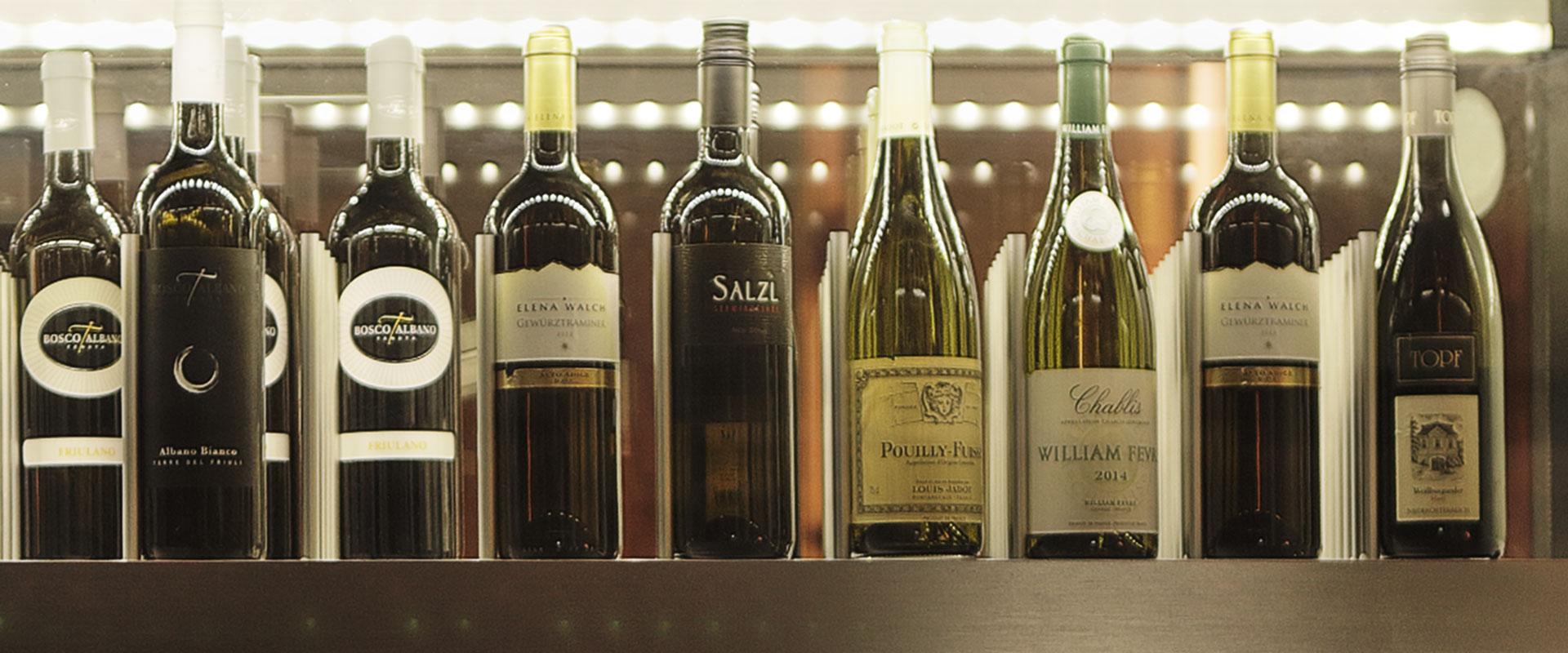 Weinschrank mit kühlem Weißwein